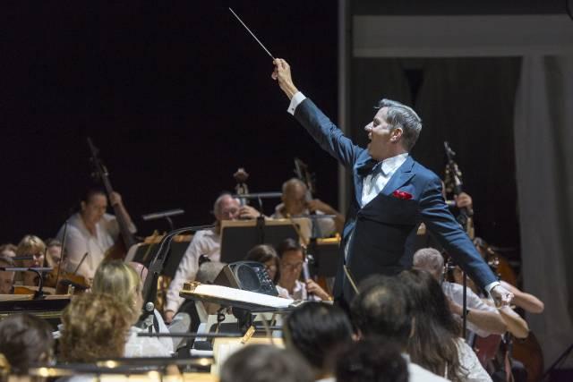 Steven Reineke  conducting