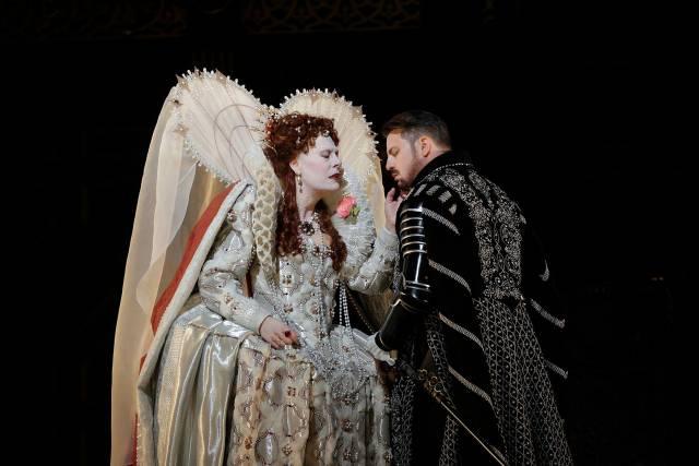 Sondra Radvanovsky as Elisabetta and Matthew Polenzani in the title role of Donizetti's Roberto Devereux. Photo by Ken Howard/Metropolitan Opera.